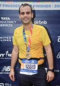 New York City Marathon Sven Wiedmer, Trainingsplanung durch crossfirecoaching, Bild strahlend im Ziel