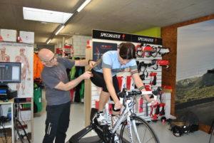 Bikefitting Schmid Velosport, Swiss Duathlon Rookies, Roman Studer am Winkel vermessen